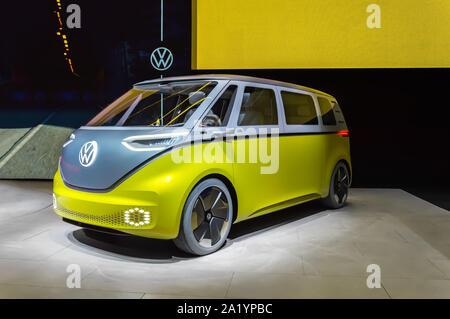 """FRANKFURT - Sep 15, 2019: Gelb Silber VW-ID oder ID. Buzz Buzz. Elektrische Volkswagen Bulli minivan ist """"zero emission""""-Concept Car - Stockfoto"""