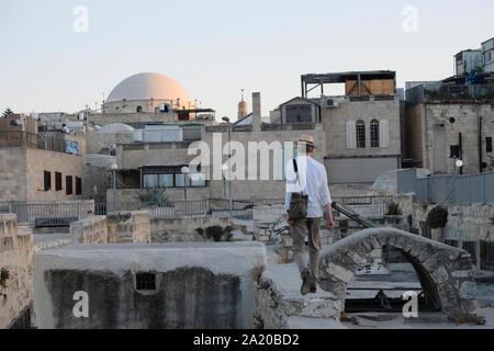 Ein Tourist zu Fuß über die Dächer der moslemischen Viertel in der Altstadt Ost Jerusalem Israel - Stockfoto
