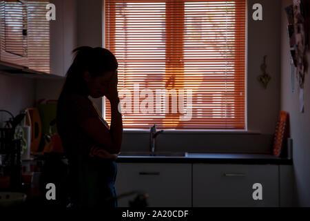 Junge Frau Hand auf ihren Kopf mit Verzweiflung. - Stockfoto