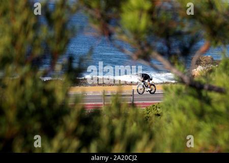 Lissabon. 29 Sep, 2019. Ein Athlet konkurriert in der Bike Bein während des Ironman Triathlon Veranstaltung in Cascais, Portugal am 29. September 2019. Credit: Pedro Fiuza/Xinhua/Alamy leben Nachrichten - Stockfoto