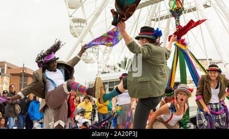 Volkstanz Remixed durchführen an den Kunst am Meer Festival, Bournemouth, Dorset, UK, September 2019. - Stockfoto