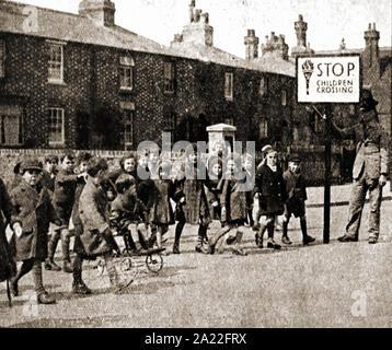 Ein vintage Foto eines Englischen 'Lollipop' (Schule Kreuzung Patrol Officer) in den 1930er Jahren (wenn die 'Lollipop' war eigentlich länglich geformt - Stockfoto