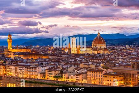 Erstaunlich das Stadtbild von Florenz in Abend. Die Kuppel des Doms und Arno enthalten