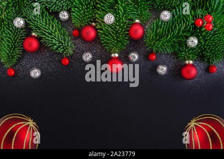 Weihnachten schwarzer Hintergrund mit Dekoration, Berry, christbaumkugel - Stockfoto