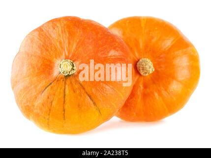 Hokkaido Kürbis. Zwei ganze orange Kürbisse auf weißem Hintergrund - Stockfoto