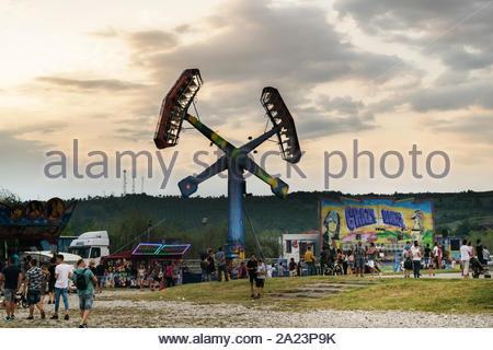 Targu Jiu. Rumänien. August, 25, 2019 - Im Freizeitpark bei Sonnenuntergang. Der Himmel mit schwarzen Wolken bedeckt kündigt den Beginn der Regen. - Stockfoto