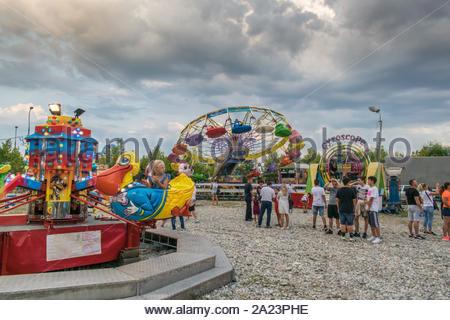 Targu Jiu. Rumänien. August, 25, 2019 - Im Freizeitpark bei Sonnenuntergang. Der Himmel mit schwarzen Wolken bedeckt kündigt den Beginn der Regen. Erwachsene und Kinder - Stockfoto