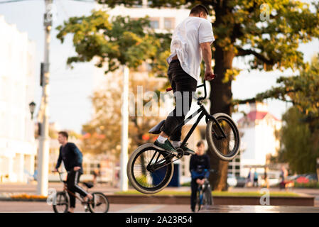 Der Kerl führt einen Stunt auf BMX, springen. - Stockfoto