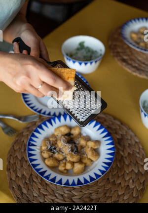 Kürbis Gnocchi mit Salbei, Butter und Parmesan. Auf einem Teller serviert. - Stockfoto