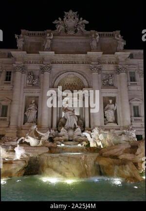 Der Trevi Brunnen (Fontana di Trevi) in Rom, Italien. Vom italienischen Architekten Nicola Salvi entworfen und von Giuseppe Pannini und mehrere andere fertiggestellt. Es ist die größte barocke Springbrunnen der Stadt und einer der berühmtesten Brunnen der Welt. Der Brunnen ist in einige bemerkenswerte Filme erschienen. Der Trevi Brunnen wurde 1762 durch Pannini beendet - Stockfoto