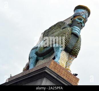 Der unsichtbare Feind sollte nicht existieren' von Michael Rakowitz b. 1973, New York. 2006 Michael Rakowitz begann seine Projekt der unsichtbare Feind nicht vorhanden sein sollte, neu zu erstellen, über 7.000 archäologische Artefakte aus dem Irak Museum während des Krieges geplündert oder zerstört. Eine davon war die Lamassu, eine geflügelte Gottheit. Es nergal Tor am Eingang des alten assyrischen Stadt Ninive bewacht, in der Nähe der heutigen Mossul, Irak, in c 700 v. Chr. bis 2015, als es durch die ISIS zerstört. 28. März 2018 von Sadiq Khan, Bürgermeister von London, Trafalgar Square, Fourth Plinth Programm vorgestellt.