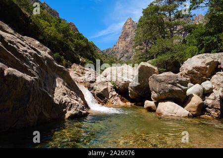 Capu Casconi/Vallée de Cocktail Bar/Cocktail Bar tal Wasserfall Landschaft und natürliche Schwimmbecken, Spelunca Schlucht/Gorges de Spelunca, Ota, Korsika Frankreich - Stockfoto