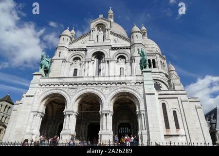 Basilika des Heiligen Herzen von Paris, allgemein bekannt als Sacre-Coeur, eine römisch-katholische Kirche, die dem Heiligen Herzen Jesu, die in Paris, Frankreich. Eine beliebte Sehenswürdigkeit und die zweite meistbesuchte Sehenswürdigkeit in Paris. Die Basilika wurde von Paul Abadie konzipiert. Der Bau begann 1875 und wurde 1914 abgeschlossen. Die Basilika geweiht nach dem Ende des Ersten Weltkrieges im Jahre 1919. - Stockfoto
