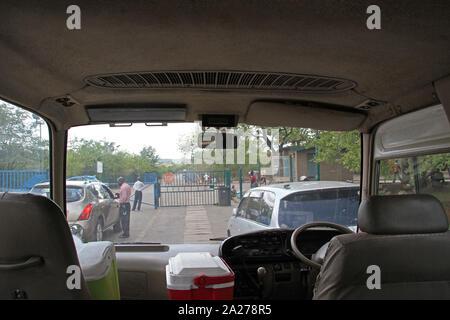 Mautstelle an der Grenze zwischen Sambia und Simbabwe, Blick in das Innere einer stationären Kombi Kleinbus Taxi, Simbabwe. Stockfoto