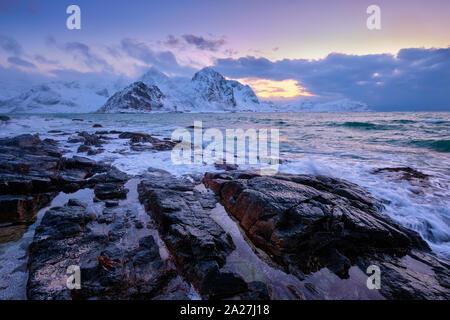 Küste von norwegischen Meer auf der felsigen Küste im Fjord Sonnenuntergang - Stockfoto