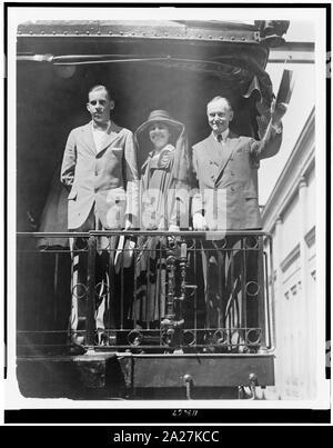 Präsident Calvin Coolidge, full-length Portrait, stehend, mit leicht nach links, mit Frau und Sohn, auf der Rückseite der Eisenbahn Zug - Stockfoto
