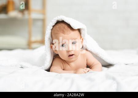 Portrait von niedlichen neugeborenen Jungen heraus spähen unter der Decke - Stockfoto