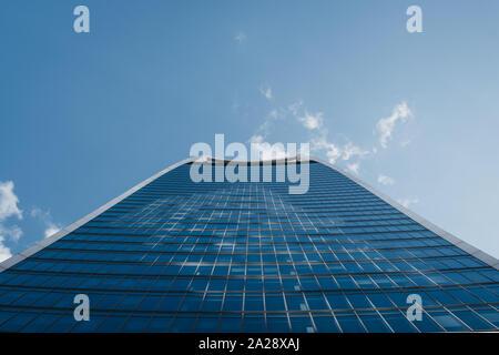 London, Großbritannien - 07 September, 2019: Low Angle View gegen den Himmel von 20 Fenchurch Street, wie ein Walkie Talkie und ein Haus der Sky Garden, Lo bekannt - Stockfoto
