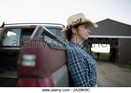 Reife Frau in Cowboy Hut gegen Lkw schiefen - Stockfoto