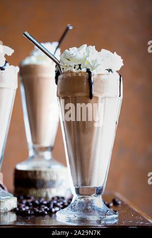 Hausgemachte Mokka Frappe mit Schlagsahne und Schokoladensauce. - Stockfoto