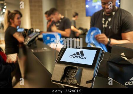Portland, OR, USA - 13.September 2019: EIN VeriFone Marke pos machinewith Das Adidas Logo auf seinem Bildschirm ist an der Kasse in einem Adidas Store gesehen. - Stockfoto