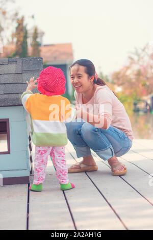 Mutter und Tochter sind Laufen lernen, Happy Family Konzept - Stockfoto