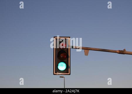 Grüne Ampel gehen gegen den blauen Himmel, Belgrad, Serbien. - Stockfoto