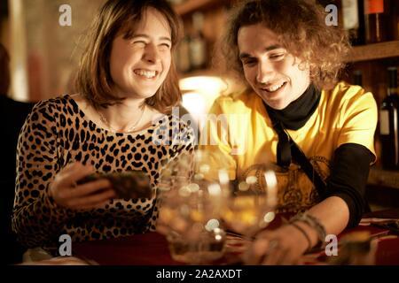 Paar Ausgaben am Abend im Restaurant - Stockfoto