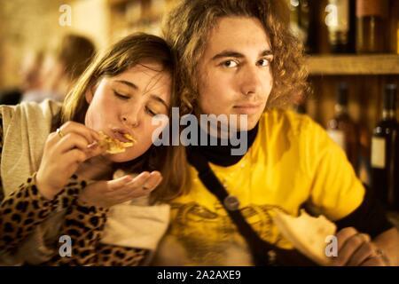 Paar beim Pizza zum Abendessen in Berlin, Deutschland - Stockfoto