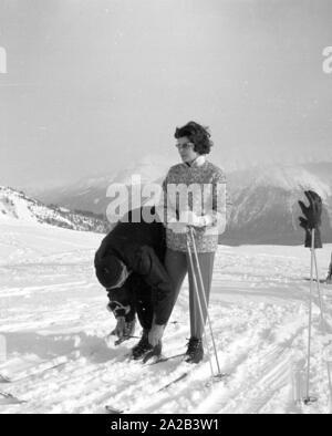 Am Tag der Hochzeit des iranischen Schahs mit Farah Diba, Reporter besucht seine vor kurzem geschiedene Ehefrau, Soraya, die in St. Moritz war an diesem Tag. Das Bild zeigt Soraya mit Ihrem Skilehrer Schmidhauser, die ihre Lektionen geben seit Jahren. - Stockfoto