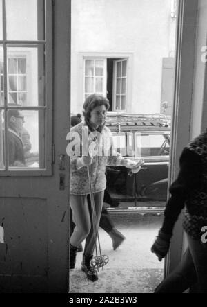 Am Tag der Hochzeit des iranischen Schahs mit Farah Diba, Reporter besucht seine vor kurzem geschiedene Ehefrau, Soraya, die in St. Moritz war an diesem Tag. Das Bild zeigt sie mit Skischuhe und Skistöcke im Eingang eines Hauses. - Stockfoto