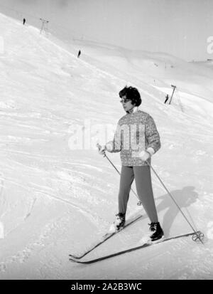 Am Tag der Hochzeit des iranischen Schahs mit Farah Diba, Reporter besucht seine vor kurzem geschiedene Ehefrau, Soraya, die in St. Moritz war an diesem Tag. Das Bild zeigt Ihr Skifahren auf einer Piste in der Nähe von St. Moritz. - Stockfoto