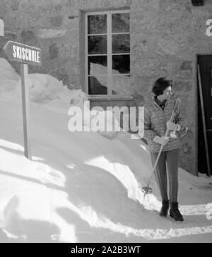 Am Tag der Hochzeit des iranischen Schahs mit Farah Diba, Reporter besucht seine vor kurzem geschiedene Ehefrau, Soraya, die in St. Moritz war an diesem Tag. Das Bild zeigt sie auf ihrem Weg in die Skischule, wo Sie Unterricht nimmt wurde von Skilehrer Schmidhauser für Jahre. - Stockfoto