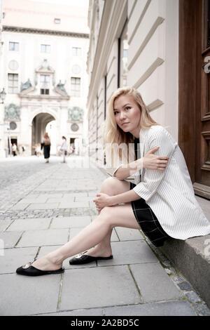 Junge asiatische Frau Standortwahl vor der Tür