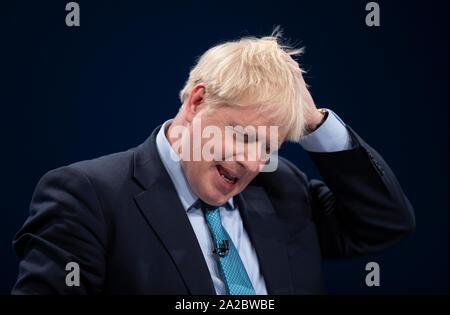 Manchester, Großbritannien. 2. Okt, 2019. Boris Johnson, Premierminister, Erster Lord des Schatzamtes und Minister für den öffentlichen Dienst und MP für Uxbridge und South Ruislip, Rüschen sein Haar während des Tages vier von dem Parteitag der Konservativen in Manchester. Quelle: Russell Hart/Alamy leben Nachrichten