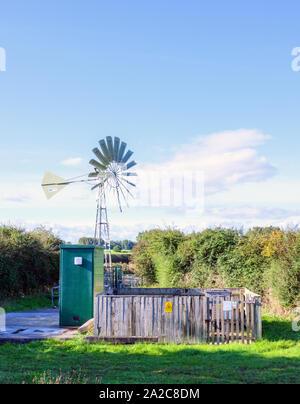 Eine Pumpstation am Stadtrand von Lytham St. Anne's, Lancashire, UK. Die Pumpe läuft auf Strom durch Windenergieanlagen erzeugten - Stockfoto