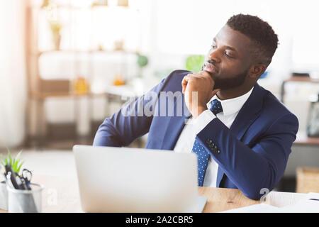 Nachdenklich Geschäftsmann arbeiten an neuen Business Plan im Büro - Stockfoto