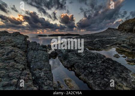 Sonnenaufgang über dem Schwarzen Meer felsige Küste - Stockfoto