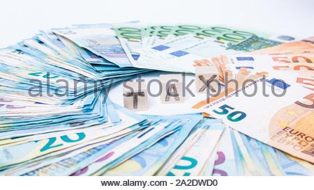 Konzept Steuern und Schulden Zahlung. Euro-banknoten festgelegt, die in einem cicircle auf weißem Hintergrund. Geld verdienen Finanzen sektor Konzept. Kopieren Sie Platz für Text. St - Stockfoto