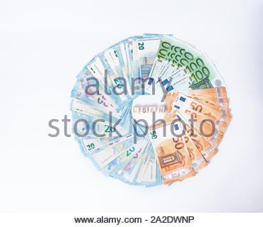 Darlehen und Schulden Konzept. Euro-banknoten festgelegt, die in einem cicircle auf weißem Hintergrund. Geld verdienen Finanzen sektor Konzept. Kopieren Sie Platz für Text. A-Stapel - Stockfoto
