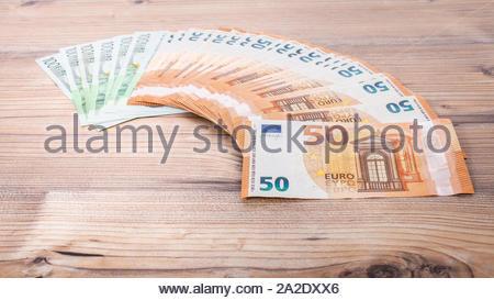 Euro-banknoten. 50 Euro Euro Geld. Geld verdienen Finanzen sektor Konzept. Cash Geld auf Holz- Hintergrund. Euro-banknoten festgelegt, die in einem Halbkreis. - Stockfoto