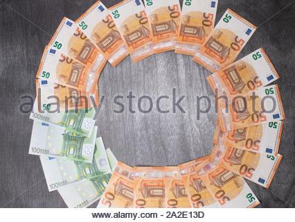 Euro-banknoten festgelegt, die in einem hölzernen cicircle auf grauem Hintergrund. Geld verdienen Finanzen sektor Konzept. Kopieren Sie Platz für Text. Stapel Geld Reichtum, l - Stockfoto