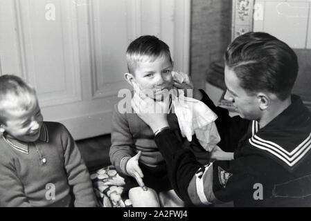 Mitglieder einer kinderreichen Familie helfen sich gegenseitig, Deutsches Reich 30er Jahre. Mitglieder einer Großfamilie gegenseitig helfen, Deutschland 1930. - Stockfoto