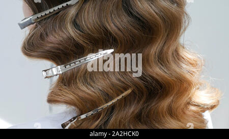 Silber friseure Clips in welliges Haar - Nahaufnahme - Stockfoto