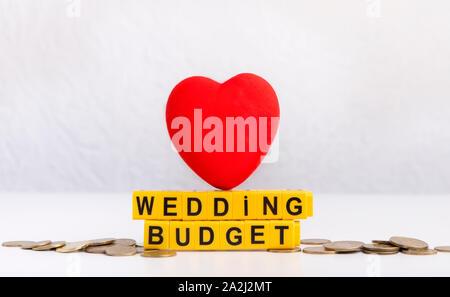 Hochzeit Planung budget Konzept mit roten Herzen auf Grau - Stockfoto
