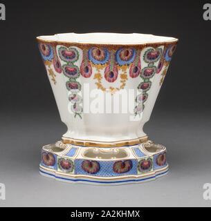 Vase, 1761, Sèvres Porzellan Manufaktur, Französisch, gegründet 1740, gemalt von: Louis-Jean Thévenet, Französisch, aktive 1741/45-1777, Sèvres, weiche Hartporzellan, mehrfarbigen Emaillen und Vergoldung, 19 x 19,6 x 14,4 cm (7 1/2 x 7 11/16 x 5 11/16 in - Stockfoto