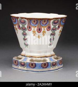 Vase, 1761, Sèvres Porzellan Manufaktur, Französisch, gegründet 1740, gemalt von Louis-Jean Thévenet, Französisch, aktive 1741/45-1777, Sèvres, weiche Hartporzellan, mehrfarbigen Emaillen und Vergoldung, 19 x 19,6 x 14,4 cm (7 1/2 x 7 11/16 x 5 11/16 in - Stockfoto
