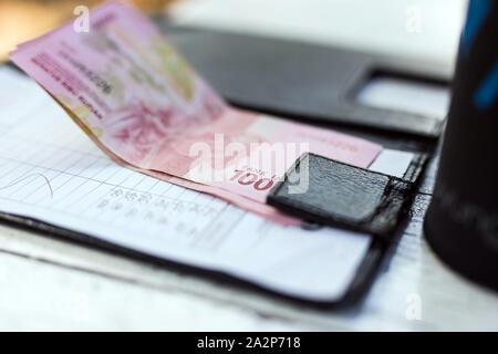 Restaurant mit Geld auf Zahlung Fach auf dem Tisch, ist Geld Rupiah - Stockfoto