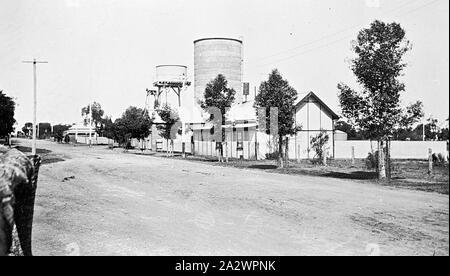 Negative - See, Victoria, ca. 1920, Wasserturm, Silo und Gebäude - Stockfoto
