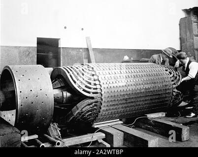 Negative - Newport, Victoria, vor 1918, zwei Männer, die Reparatur in einem Anker auf dem Newport Power Station - Stockfoto
